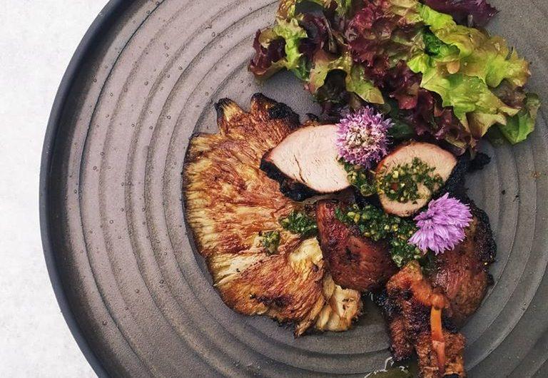 Sült mangalica tarja, sült, pácolt mangalica szűzérme, grillezett laskagomba, chimichurri fűszeres salátával, erdei gombával